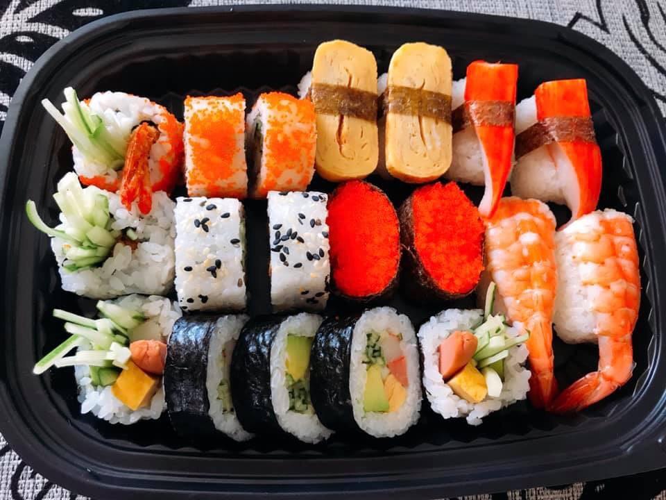 hộp nhựa đen đựng sushi
